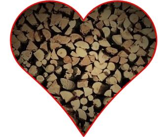 Herz mit aufgeschichtetem Brennholz