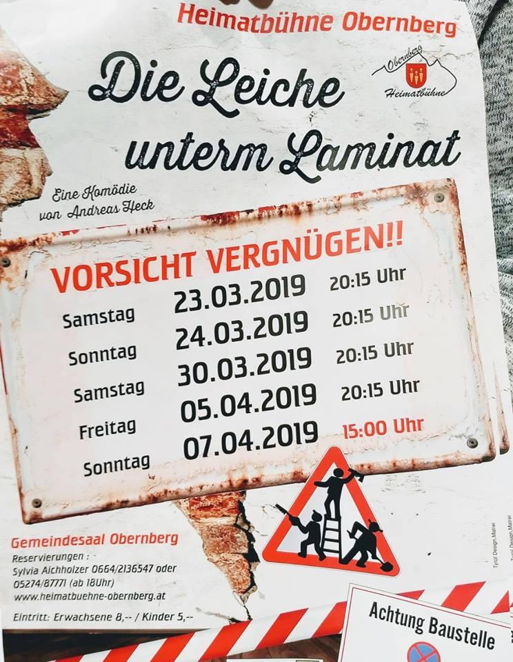 """Plakat der Heimatbuehne Obernberg am Brenner zu """"Die Leiche unterm Laminat"""""""