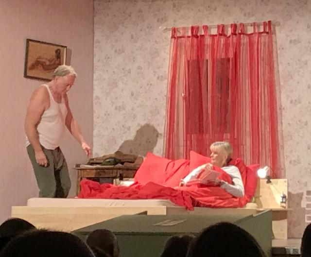 Bild aus der Aufführung in Ketternschwalbach von Mordgedanken oder chnarcht Ihre Frau auch.
