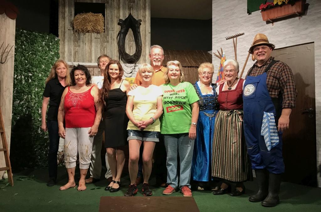 Gruppenbild auf dem Wellnesshof mit dem Sendlinger Komödienbrettl