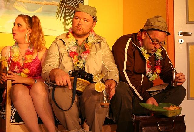 """Aufführung """"Es gibt auch Berge in Hawaii"""" im Edelhoftheater Kirrweiler."""